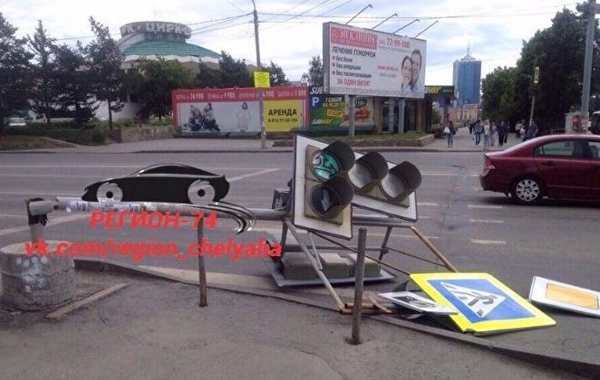 Упавший светофор перегородил проезжую часть вцентре Челябинска