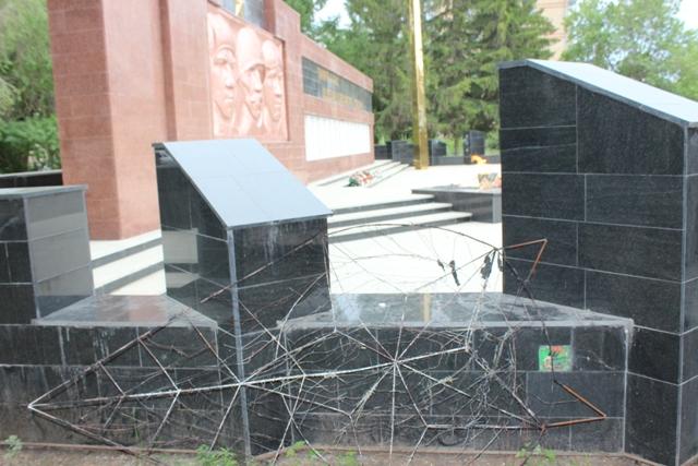 Девушки вЧелябинской области попали под статью, бросив венок наВечный огонь