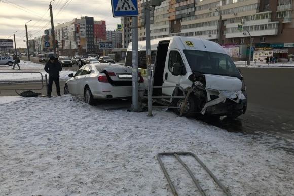 ВЧелябинске вДТП столкнулись БМВ смаршруткой