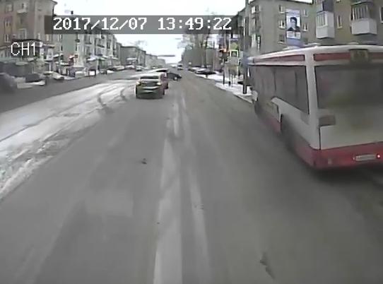 ВПерми наулице Мира автобус врезался востановку
