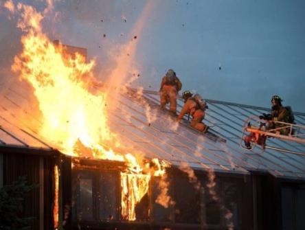 ВПерми мужчина спас супругу ивнучку изгорящего дома