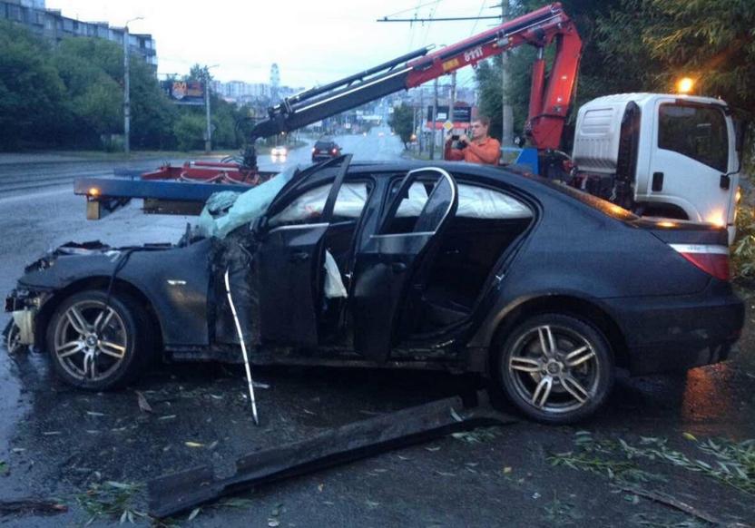 ВЧелябинске девушка на БМВ снесла два дерева истолб