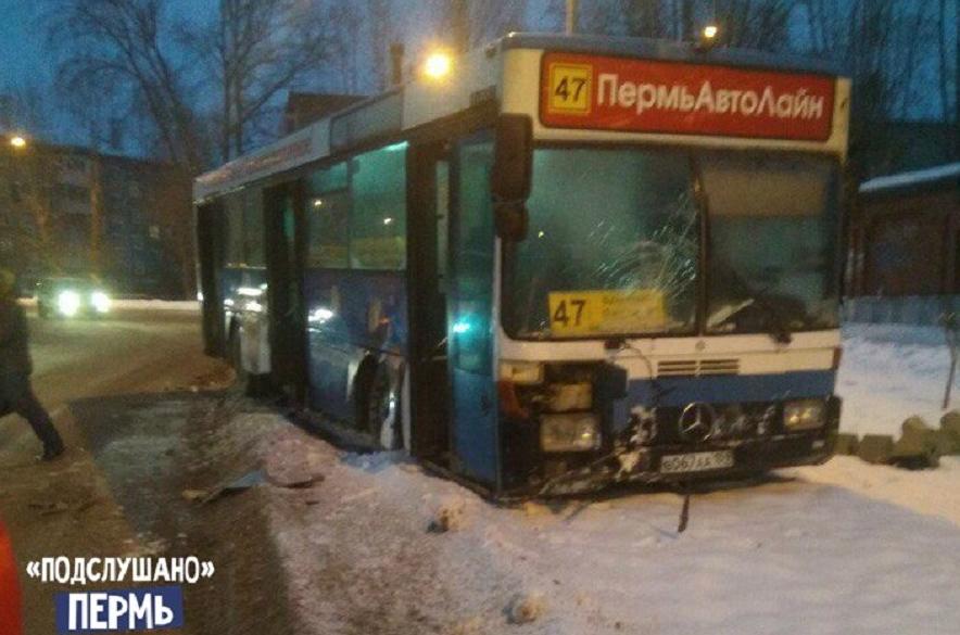 НаСтахановской вПерми маршрутный автобус протаранил светофор: пострадала пенсионерка