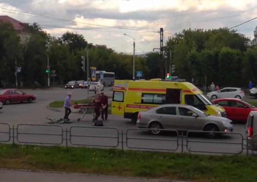 ВМагнитогорске машина скорой помощи сбила велосипедистку