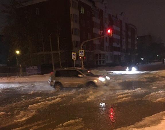 Улицы наУралмаше превратились вкаток из-за прорыва трубы схолодной водой