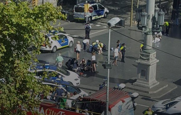 Фургон въехал втолпу людей вцентре города— Теракт вБарселоне
