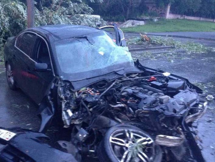 25-летняя челябинка на БМВ врезалась вдва дерева ифонарный столб