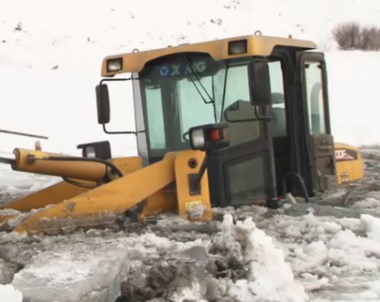ВПрикамье трактор слюдьми провалился под лед