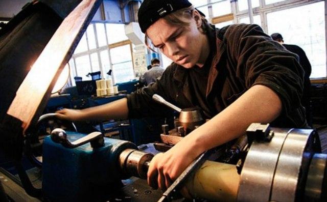 колледжи москвы по специальности токарь фризировщик ведущим здоровый
